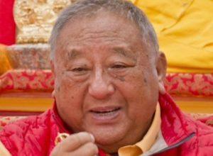 Zegening met relieken Gelek Rimpoche tijdens Lama Chöpa op zondag 29 april 2018